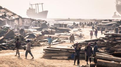 Een uitzicht over één van de sloopwerven op het Sitakundstrand, nabij Chittagong in Bangladesh.